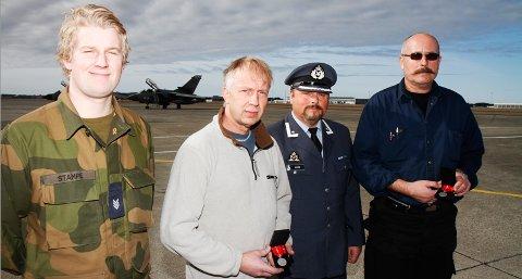 Det ble onsdag delt ut flere utmerkelser ved Sola flystasjon. F. v: Daniel Stampe, Roy Kjell Hansen, major Bjørn Vikås og Rasmus Hellestø.