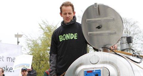 Arnstein Røyneberg, leiar av Sola Bondelag, tømte ein tank mjølk på torget i Stavanger.