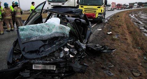 Politiet tror personbilen kom over i feil kjørebane.