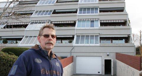 Svein Olsen, formann i blokken i Nedre Porsveg, tror at barn eller ungdom har kastet stein på vinduene i blokken for å more seg.