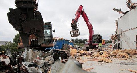 Skiljaberghallen plukkes nå fra hverandre av store gravemaskiner.