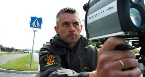 Politibetjent Morten Vasvik målte i ettermiddag hastigheten til bilførerne på Sandesletta.