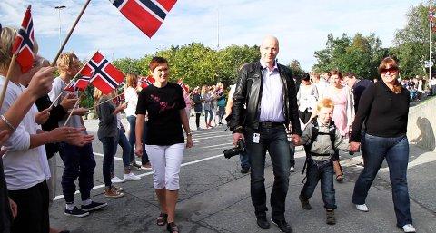 Ørjan Aasvik Bergerud var den første førsteklassingen som kom inn i skolegården på Dysjaland skule. De små elevene ble godt mottatt av skolens eldre elever.