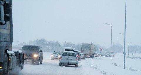 Trafikken gikk i sneglefart i morgenrushet. Fremdeles er det svært glatt på veiene.
