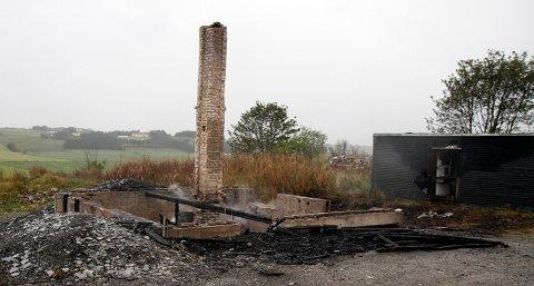 Politiet vet foreløpig ikke hva som forårsaket at et ubebodd hus på Tjelta brant ned til grunnen natt til søndag.