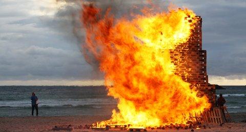 Det 14 meter høye bålet på Hellestøstranden var et vakkert skue for de fremmøtte.