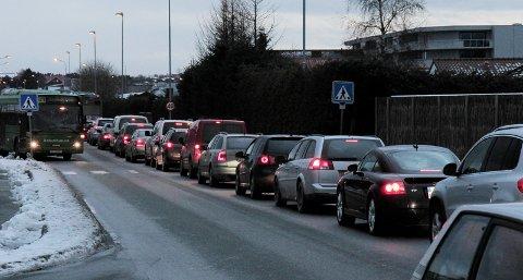 På Sandesletta sto trafikken bom stille ved i rushtiden i ettermiddag.