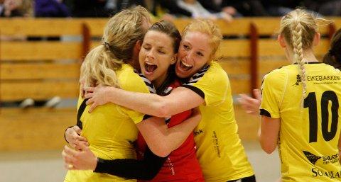 Susann Jøraandstad, Malene Solheim og Nina Stokland kan glede seg over at klubben deres fikk over 200.000 kroner fra Grasrotandelen i 2011. Her etter seieren mot Flint Tønsberg i november.