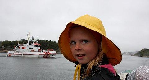 Malin Karlstad Årdal (8) er på Tanangerdagene sammen med mormor for å se på Redningsskøyte, og da er det bra med sydvest.