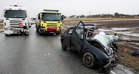 Føreren av personbilen ble fraktet til Stavanger universitetssjukehus med kritiske skader etter kollisjonen.