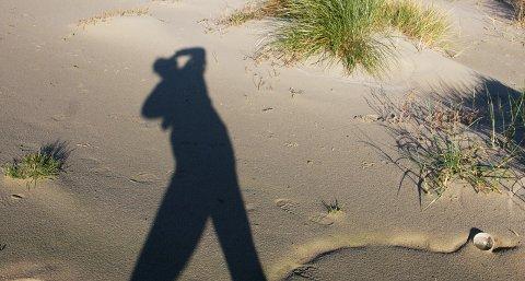 Den lave høstsola resulterer i lange skygger. Ta en tur ut og nyt fotoværet.