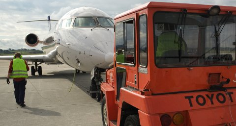 Det var et fly av typen Bombardier CRJ900 som ble skadet like før avgang til København torsdag morgen. Bildet er tatt i fjor sommer. (Illustrasjonsfoto)
