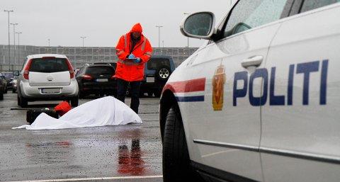 En død person er funnet på parkeringsplassen på flyplassen.