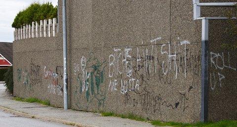 Denne veggen på Snøde i Tananger har blitt for fristende for taggere. Nå anmelder huseierne hærverket til politiet.