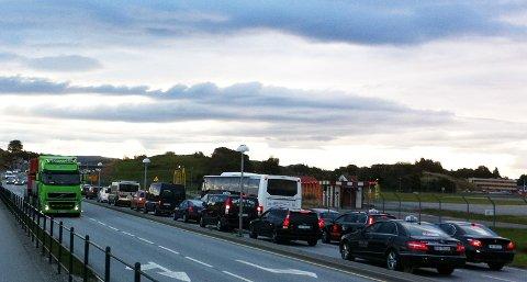 Onsdag morgen var det køkaos på flere trafikkårer i Sola. Bilister rapporterer at de har brukt over halvannen time fra Hafrsfjord bru til Solakrossen.