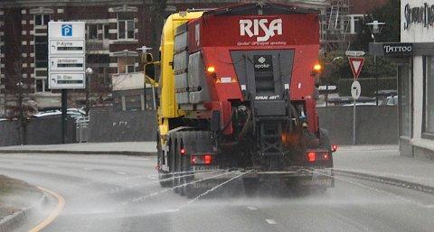 Det er ikke usannsynlig at du møter saltbilen på Sola-veiene de neste dagene. Men nå sprer den kun vann.