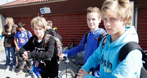(F. v.) Kim Tjora, Vetle Hellestø og Arve Gimre må sykle til skulen fordi dei ikkje har rett på gratis skuleskyss. Dei gruar for mørke tider og dårleg vêr langs skulevegen.