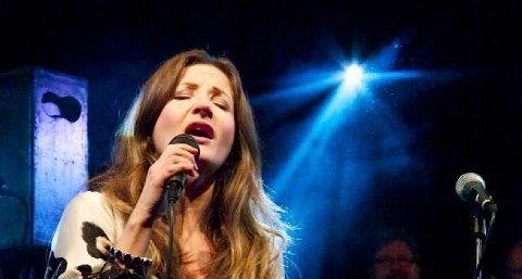 Rita Eriksen under konsert i Sunde kirke saman med koret Senex. Ho lovar fleire konsertar i Sola framover.