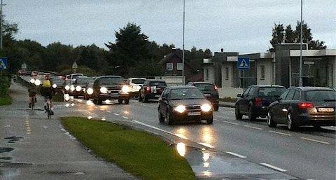 Slik så det ut på Nesbuvegen tirsdag morgen. Også fredag var det store køproblemer mot flyplassen.