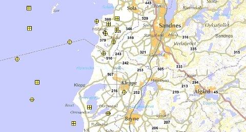 Oversikt over registerte lyn hjå SINTEF i området kring Håland skole onsdag sist veke. Dei gule merka syner kvar lynet slo ned frå sky til bakke/ hav.