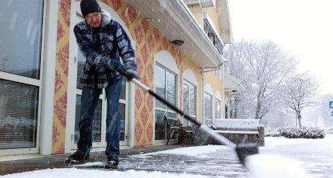 Rune Østerhus måtte frem med snømåkeren fredag formiddag.