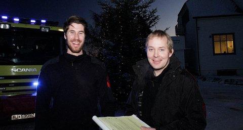 Sebastian Qvale Gilje og Erik Berge fra Forus brannstasjon har denne uken vært på kontroll i boliger på Tjelta. De sjekker at røykvarsleren virker og informerer om brannvern i hjemmet.