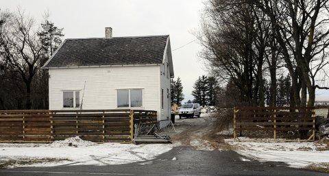 Det var ved denne boligen på Tjelta kvinnen kjørte på trappen de to politibetjentene stod på.