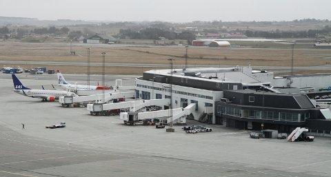 Flere flyselskaper har fått en advarsel fra politiet etter at passasjerer har passert utenom grensekontrollen på Sola.