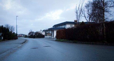 Det var her i Sandevegen ved Lykkeliten systue at to 12 år gamle gutter ble overfalt av tre ungdommer 7. desember. Politiet etterlyser vitner.