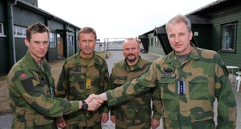 Rolf Folland (t.v), sjef for 137 luftving, Rygge overleverte torsdag ansvaret for Sola flystasjon til Geir Gillebo (t.h) ved 139 luftving, Bardufoss. I midten: Stabsjef Atle Bastiansen i Luftforsvaret og major Bjørn Vikås ved Sola flystasjon.