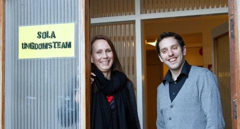 Cecilie Lorentzen i Sola Ungdomsteam og Svein Martin Tharaldsen i Nav Sola vil hjelpe solaungdommer inn i arbeidslivet. De jakter nå på alle slags jobber hvor det er behov for ungdom.