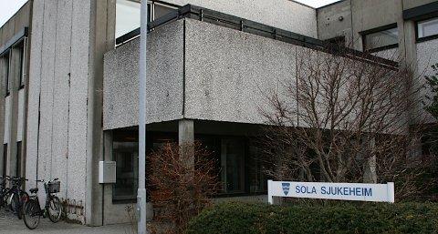 Renholdet på Sola sjukeheim er blitt drastisk dårligere etter at private overtok renholdet. Kommunalsjefen sier at dersom det ikke blir bedre, overholder ikke firmaet kontrakten.