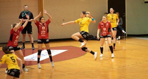 Kristina Novak og de andre Sola-damene i offensiv mot Molde.