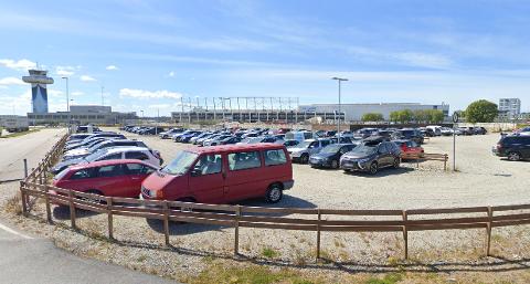 Avinor søker om å få etablere midlertidige parkeringsplasser i dette området som erstatning for plassene som gikk bort i brannen.