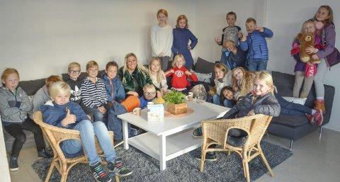 Svelvikhuset: Her er 4b fra Tømmerås skole på besøk på Svelvikhuset, der de har overlevert tegninger.