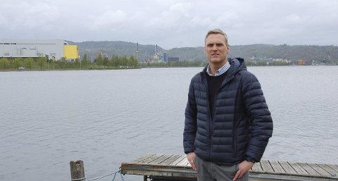 RIKTIG: – Det er helt greit at Miljødirektoratet setter krav til Hydro, samtidig er det viktig at beboerne blir tatt hensyn til når det ryddes opp, sier Gordon Kleppe på Herøya.