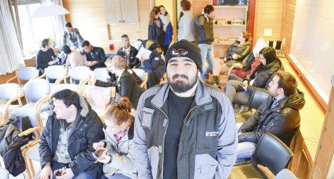 JOBBSJANSEN: Rundt 50 ungdommer møtte opp for å få sjansen til å jobbe med telefonsalg hos TM huset. – Jeg er veldig klar for å jobbe, sier Ahmet Araz. foto: lars ravn