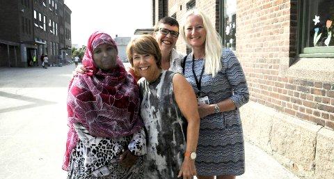 IMPONERT: – Vi er så fornøyde med Jawahir, roser SFO-leder Mette Kolbu på Bratsbergkleiva, sammen med Åse Røland og Ann Kristin Engkvist i Voksenopplæringa.FOTO: VIGDIS HELLA