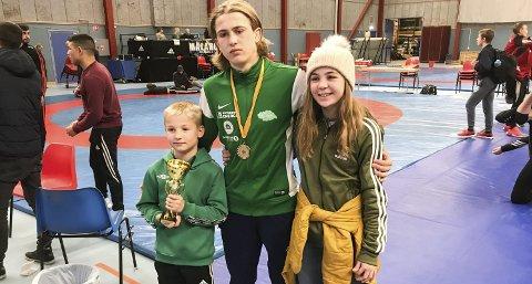 Gode resultater: Niklas Tveiten (t.v.), Sondre Svarstad og Anne Svarstad (t.h) hadde gode resultater og fikk alle pallplass på Mälarcupen.