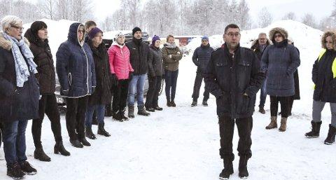 SER BRA UT: Rektor ved Heddal barneskole, Veslemøy Eliassen (nr. 2 fra venstre), deltok på befaringen på Klokkarrud og tror det blir en super plassering for barneskolen.