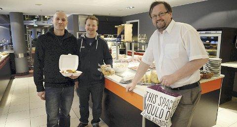 Fornøyde kunder: Hallgeir Kjønø (til venstre) og Gunnar Bech har flere ganger benyttet seg av «To good to go». Odd Sigbjørn Tvestad ved Scandic Kristiansund forteller at han er fornøyd med å kunne bidra til å redusere matsvinnet på denne måten.