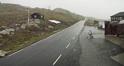 Fjellovergangene over Sognefjellet og Strynefjellet stenges fra tirsdag kveld til onsdag morgen på grunn av kulde. Bildet er fra Sognefjellshytta i lett snøvær på ettermiddagen 2. juli.
