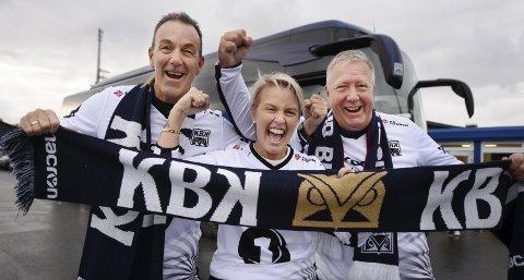 Klar for kamp: Rolv Erik Wirum (fra venstre), Marit Wirum og Jan Olaf Rindahl var med KBK-bussen som fredag satte kursen mot Lillehammer. Lørdag drar trioen og resten av supporterne i bussen til Lillestrøm for å se KBK spille på Åråsen.