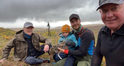 FIRE GENERASJONER PYNTEN: Bernhard (3) på fanget til pappa Jens Kristian under jakta sammen med farfar Joar (t.h.) og oldefar Kåre.