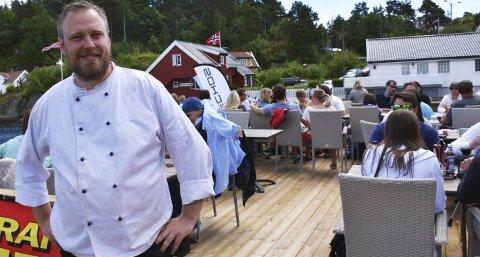 Knallstart: Helge Berg som bor i Kilsund, hadde tidenes restaurantåpning på Holmen restaurant og bar denne helgen. Han gleder seg over stor oppslutning om spisestedet.Foto: Anne Dehli