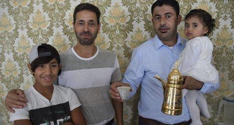 Kaffe fra Syria: Hashen Al-Teir (11), pappaen Mahfoaz Al-Teir, Ammar Al-Ahmed med dattera Julia på ett år som er født i Tvedestrand serverer kaffe fra hjemlandet. Foto: marianne drivdal