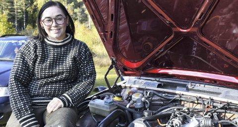 Bil døgnet rundt: Bil er både jobb og lidenskap for Eirin Rønbeck Johansen fra Tvedestrand. Da hun i fjor stiftet Norwegian Car Girls, var det for å få flere jentevenner i bilmiljøet. Nå har foreningen rundt tusen medlemmer. Foto: Siri Fossing