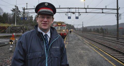 Togmannen: Rune Vindholmen har jobbet i 13 år på Nelaug Stasjon som trafikkstyrer. På Agder er det kun Kristiansand og Nelaug som ikke har fjernstyrte stasjoner. Foto: Siri Fossing
