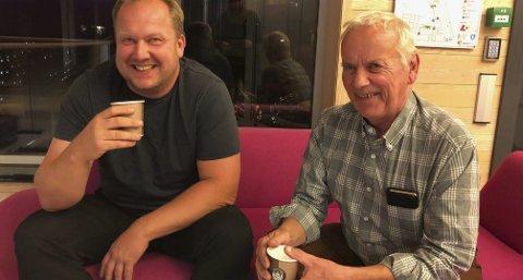 Valgseier: Smilene ble brede hos Bjørn Gunnar Baas og tellef Olstad i Senterpartiet ettehvert som det gode valgresultatet gikk opp for dem. Åtte mandater av de 17 i kommunestyret ble resultatet. Foto: Siri Fossing
