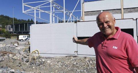 Gleder seg: For eiendomsutvikler Kjell Lunde er det ingenting som slår den fasen byggeprosjektet er inne i nå, når alle detaljene skal bestemmes. I oktober skal alt være ferdig. Foto: Frode Gustavsen